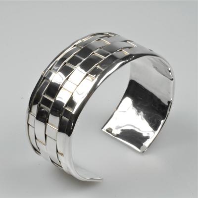 Goudsmid Edelsmid Ylva Roël. Design sieraden, ontwerp laten maken Haarlem. 'gevlochten'. zilver Zilveren armband. A034