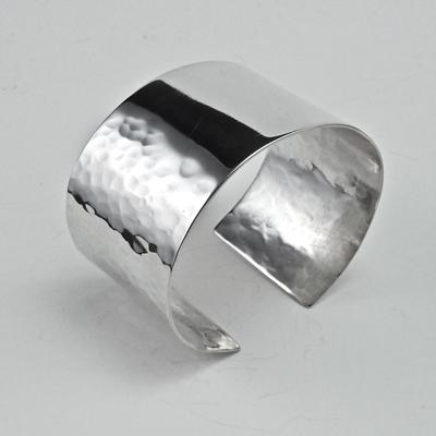 Goudsmid Edelsmid Ylva Roël. Design sieraden, ontwerp laten maken Haarlem. zilver, gehamerd Zilveren armband. A035
