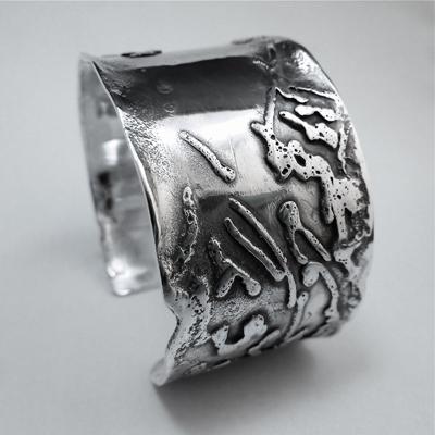 Goudsmid Edelsmid Ylva Roël. Design sieraden, ontwerp laten maken Haarlem. zilver, geoxideerd Zilveren armband. A151