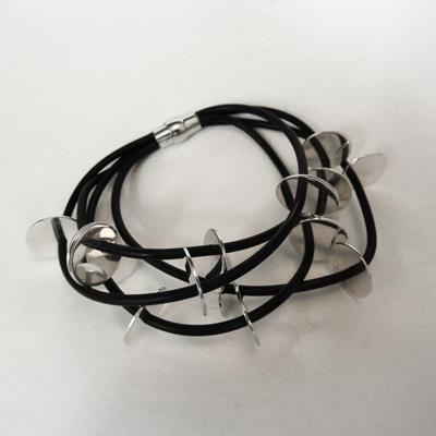 Goudsmid Edelsmid Ylva Roël. Design sieraden, ontwerp laten maken Haarlem. 'schubben'. zilver en rubber Zilveren armband. A169