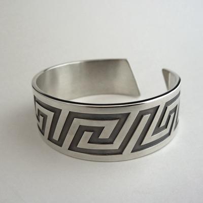 Goudsmid Edelsmid Ylva Roël. Design sieraden, ontwerp laten maken Haarlem. 'meander'. zilver, geoxideerd Zilveren armband. A170