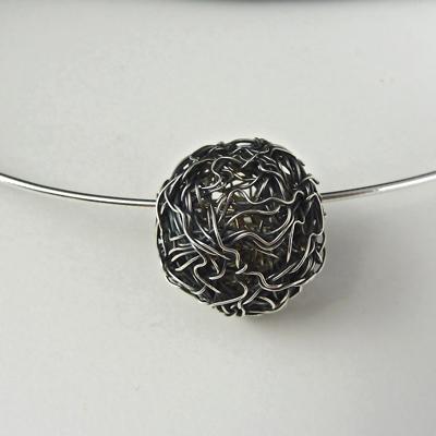 Goudsmid Edelsmid Ylva Roël. Design sieraden, ontwerp laten maken Haarlem. draadbal, zilver geoxideerd Zilveren collier. H076
