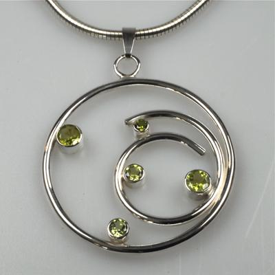 Goudsmid Edelsmid Ylva Roël. Design sieraden, ontwerp laten maken Haarlem. peridot, zilver Zilveren collier. H139