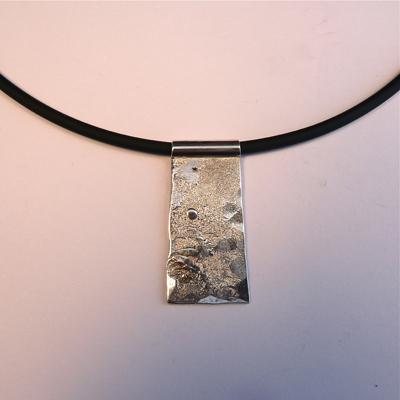 Goudsmid Edelsmid Ylva Roël. Design sieraden, ontwerp laten maken Haarlem. rubber, zilver Zilveren collier. H160