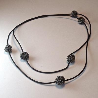 Goudsmid Edelsmid Ylva Roël. Design sieraden, ontwerp laten maken Haarlem. zilver geoxideerd, rubber Zilveren collier. H164