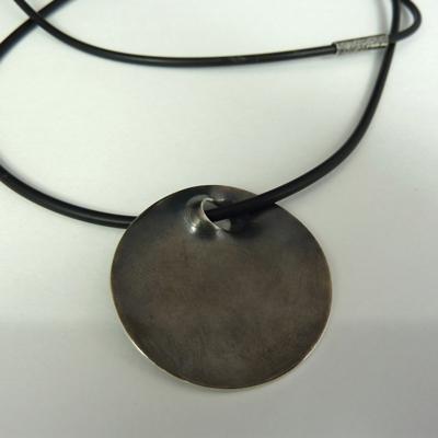 Goudsmid Edelsmid Ylva Roël. Design sieraden, ontwerp laten maken Haarlem.  zilver geoxideerd, rubber Zilveren collier. H179