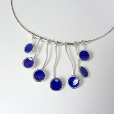 Goudsmid Edelsmid Ylva Roël. Design sieraden, ontwerp laten maken Haarlem. zilver, emaille, kobalt Zilveren collier. H181