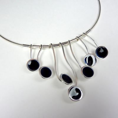 Goudsmid Edelsmid Ylva Roël. Design sieraden, ontwerp laten maken Haarlem. zilver, emaille, zwart Zilveren collier. H182