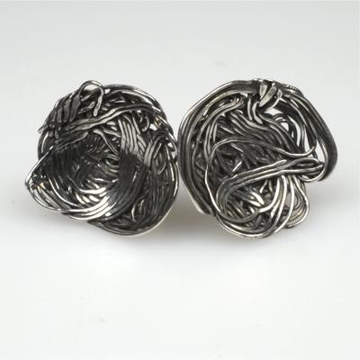 Goudsmid Edelsmid Ylva Roël. Design sieraden, ontwerp laten maken Haarlem. 'vogelnest'. zilver Zilveren oorbellen. O037