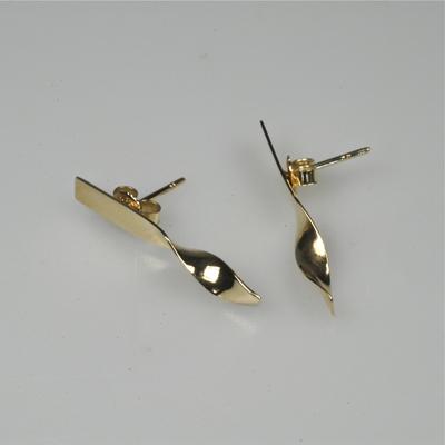 Goudsmid Edelsmid Ylva Roël. Design sieraden, ontwerp laten maken Haarlem. 'spiraal'. goud 14kt Gouden oorbellen. O040