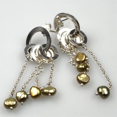 Goudsmid Edelsmid Ylva Roël. Design sieraden, ontwerp laten maken Haarlem. zoetwaterparels, zilver Zilveren oorbellen. O080