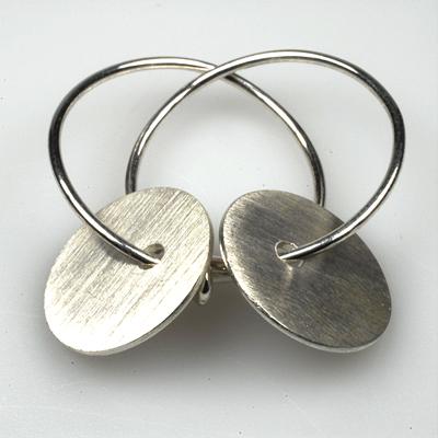 Goudsmid Edelsmid Ylva Roël. Design sieraden, ontwerp laten maken Haarlem. zilver Zilveren oorbellen. O113