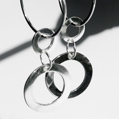 Goudsmid Edelsmid Ylva Roël. Design sieraden, ontwerp laten maken Haarlem. zilver Zilveren oorbellen. O115