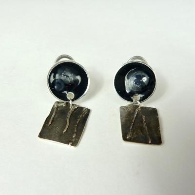 Goudsmid Edelsmid Ylva Roël. Design sieraden, ontwerp laten maken Haarlem. zilver, emaille Zilveren oorbellen. O149
