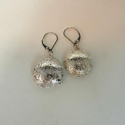 Goudsmid Edelsmid Ylva Roël. Design sieraden, ontwerp laten maken Haarlem. 'vogelnest'. zilver Zilveren oorbellen. O158