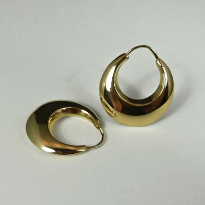 Goudsmid Edelsmid Ylva Roël. Design sieraden, ontwerp laten maken Haarlem. 'halve maan'. goud, 18kt Gouden oorbellen. O161
