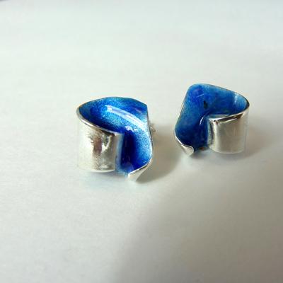 Goudsmid Edelsmid Ylva Roël. Design sieraden, ontwerp laten maken Haarlem. zilver, emaille Zilveren oorbellen. O162