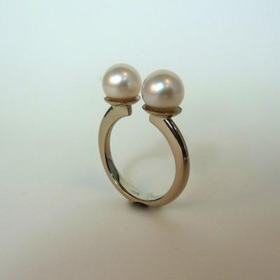 Goudsmid Edelsmid Ylva Roël. Design sieraden, ontwerp laten maken Haarlem. witgoud, witte parels Gouden ring. R00