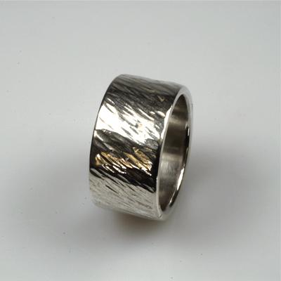 Goudsmid Edelsmid Ylva Roël. Design sieraden, ontwerp laten maken Haarlem. gehamerd, zilver Zilveren ring. R012