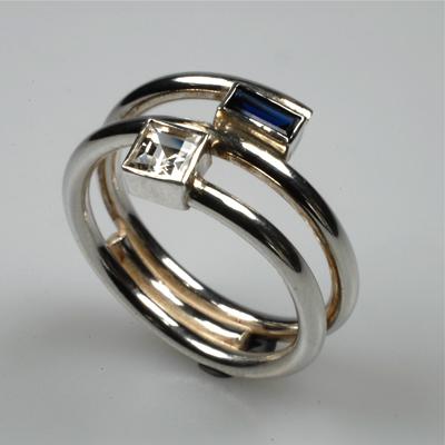 Goudsmid Edelsmid Ylva Roël. Design sieraden, ontwerp laten maken Haarlem. zilver, topaas en synth. saffier Zilveren ring. R031