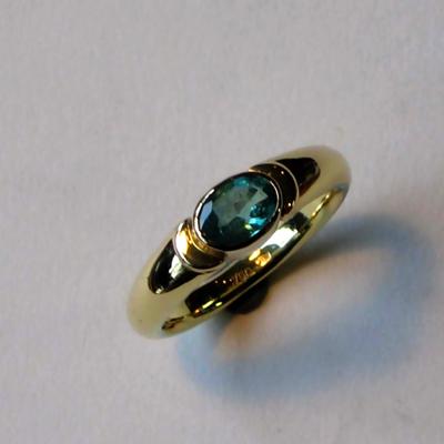 Goudsmid Edelsmid Ylva Roël. Design sieraden, ontwerp laten maken Haarlem. goud 18kt, smaragd Gouden ring. R073