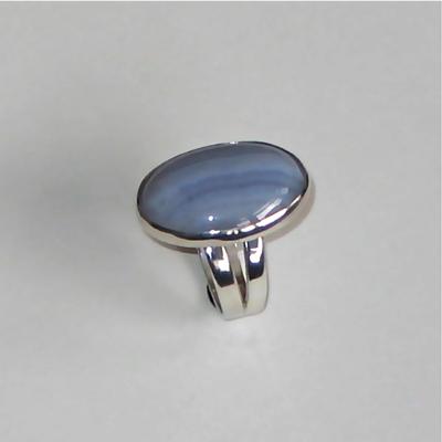 Goudsmid Edelsmid Ylva Roël. Design sieraden, ontwerp laten maken Haarlem. zilver, chalcedoon Zilveren ring. R079