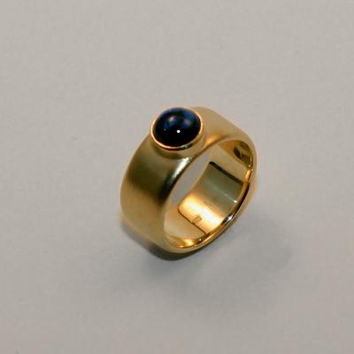 Goudsmid Edelsmid Ylva Roël. Design sieraden, ontwerp laten maken Haarlem. goud 18kt, saffier Gouden ring. R084
