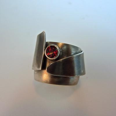 Goudsmid Edelsmid Ylva Roël. Design sieraden, ontwerp laten maken Haarlem. zilver geoxideerd, granaat Zilveren ring. R086