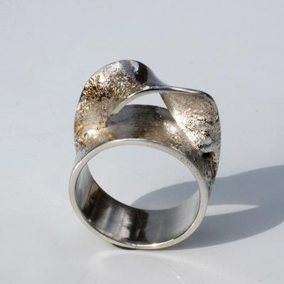 Goudsmid Edelsmid Ylva Roël. Design sieraden, ontwerp laten maken Haarlem. 'pk'. zilver Zilveren ring. R126