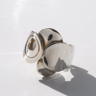 Goudsmid Edelsmid Ylva Roël. Design sieraden, ontwerp laten maken Haarlem. 'piano'. zilver Zilveren ring. R131