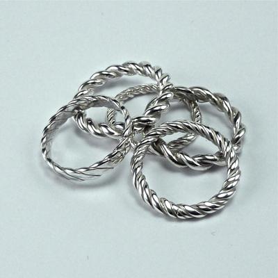 Goudsmid Edelsmid Ylva Roël. Design sieraden, ontwerp laten maken Haarlem. aanschuifringen, getordeerd zilver Zilveren ring. R143