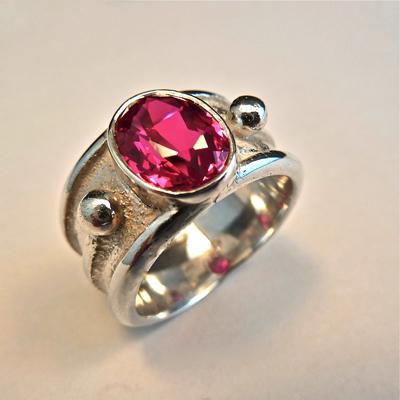 Goudsmid Edelsmid Ylva Roël. Design sieraden, ontwerp laten maken Haarlem. 'assepoester'. zilver met synth. robijn Zilveren ring. R150