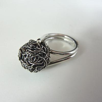 Goudsmid Edelsmid Ylva Roël. Design sieraden, ontwerp laten maken Haarlem. zilver draadbal, geoxideerd Zilveren ring. R158