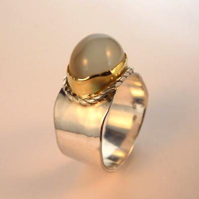 Goudsmid Edelsmid Ylva Roël. Design sieraden, ontwerp laten maken Haarlem. zilver,goud en maansteen Zilveren ring. R159