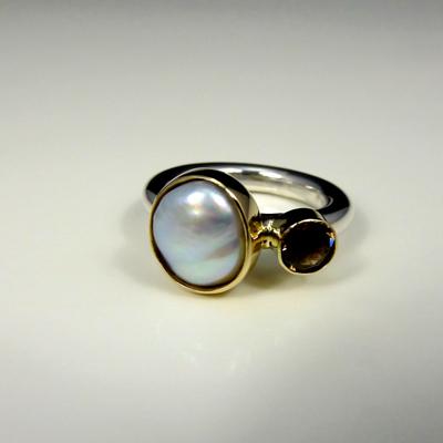 Goudsmid Edelsmid Ylva Roël. Design sieraden, ontwerp laten maken Haarlem. zilver, goud, parel, rookkwarts Zilveren ring. R165