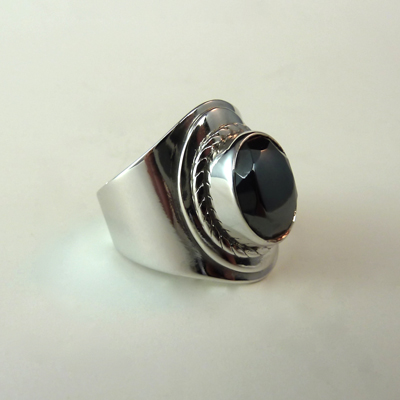 Goudsmid Edelsmid Ylva Roël. Design sieraden, ontwerp laten maken Haarlem. zilver, hematiet Zilveren ring. R167