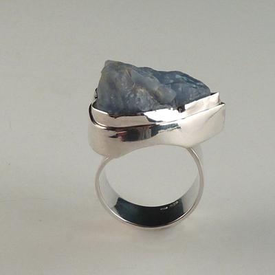 Goudsmid Edelsmid Ylva Roël. Design sieraden, ontwerp laten maken Haarlem. zilver, chalcedoon Zilveren ring. R169