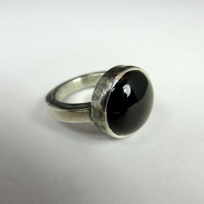 Goudsmid Edelsmid Ylva Roël. Design sieraden, ontwerp laten maken Haarlem. zilver, onyx Zilveren ring. R177