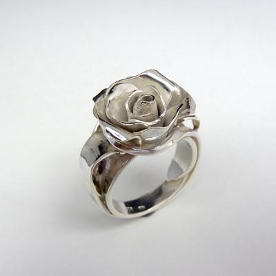 Goudsmid Edelsmid Ylva Roël. Design sieraden, ontwerp laten maken Haarlem. zilver, 'roos' Zilveren ring. R178