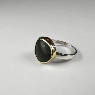 Goudsmid Edelsmid Ylva Roël. Design sieraden, ontwerp laten maken Haarlem. zilver, goud, gevonden steen Zilveren ring. R182